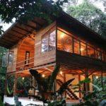 บ้านไม้แนวชนบทเพื่อการพักผ่อน ออกแบบยกพื้นสูงมีใต้ถุน กลางบรรยากาศป่าเงียบสงบ