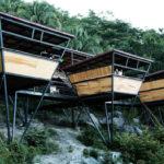 บ้านพักสไตล์เคบิน แบบรีสอร์ท โครงสร้างเหล็ก ยกพื้นสูง ตกแต่งด้วยงานไม้ เข้ากับบรรยากาศเนินเขา