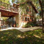 บ้านไม้สองชั้น ตกแต่งในสไตล์คอทเทจประยุกต์ ร่มรื่น เย็นสบาย ท่ามกลางบรรยากาศกลางสวน