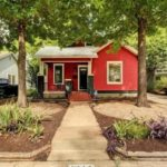 บ้านหลังเล็ก สไตล์บังกะโล โดดเด่นด้วยโทนสีแดง 1 ห้องนอนใหญ่ พร้อมชั้นลอยในตัว