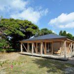 บ้านขนาดเล็ก บรรยากาศแบบบ้านสวน ตกแต่งด้วยงานไม้ทั้งหลัง โชว์โครงสร้างสวยงาม