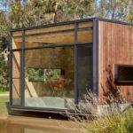 บ้านริมน้ำ ดีไซน์หลังเล็กๆ ตกแต่งด้วยงานไม้ กระจก ไอเดียที่เหมาะกับบ้านตากอากาศ รวมทั้งร้านกาแฟ