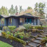 บ้านไม้สองชั้นโทนสีน้ำเงิน ตกแต่งในสไตล์คอทเทจ เหมาะกับบ้านสวน รวมทั้งบ้านตากอากาศบนเนินเขา