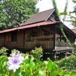 บ้านไม้ยกพื้นสไตล์โบราณ อลังการงานไม้แบบดั้งเดิม เติมความสดชื่นด้วยระเบียงรับลมสุดคลาสสิค