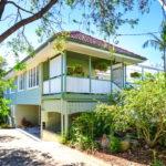 บ้านสไตล์วินเทจสีเขียว พร้อมพื้นที่พักผ่อนแสนสบาย เข้ากับธรรมชาติโดยรอบ