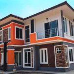 บ้านสองชั้นสไตล์โมเดิร์นทรอปิคอล 3 ห้องนอน แต่งโทนสีส้มผสมงานอิฐ สวยงามสดใส สะดุดตา