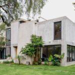 บ้านสองชั้นสไตล์โมเดิร์น ทรงกล่องสี่เหลี่ยม ตกแต่งโชว์โครงสร้าง พร้อมลวดลายของวัสดุ