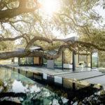 บ้านตากอากาศใต้ร่มเงาต้นไม้ใหญ่ ผนังคอนกรีตผสมกระจก ผสมธรรมชาติเข้ากับการใช้ชีวิต