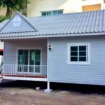 บ้านสีขาวหลังน้อย 1 ห้องนอน แข็งแรงทนทานด้วยโครงสร้างเหล็ก สร้างได้ในงบประมาณเพียง 6 แสนบาท