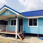 บ้านสีฟ้าหลังน้อยน่ารัก พร้อมชานบ้านเพื่อการพักผ่อน สร้างได้ในงบประมาณที่จำกัด