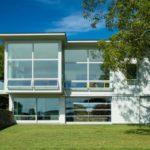 บ้านโมเดิร์นพร้อมสระว่ายน้ำ โดดเด่นด้วยผนังกระจกโปร่งโล่ง สะท้อนรสนิยในการเลือกที่อยู่อาศัย