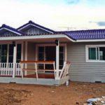 แบบบ้านชั้นเดียว 3 ห้องนอน โครงสร้างเหล็กแต่งผนังไม้ สวยเรียบง่ายใต้หลังคาสีม่วง