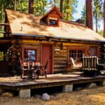 บ้านล็อคเคบินกลางป่า สวยงามด้วยไม้ซุง ในสไตล์แบบดั้งเดิม สร้างบรรยากาศที่แสนอบอุ่น