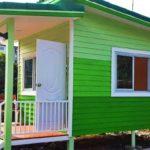 บ้านขนาดเล็ก สีสันสดใส ดีไซน์สะดุดตา เหมาะสำหรับทำรีสอร์ทหรือปล่อยเช่า งบก่อสร้างไม่เกิน 2 แสนบาท