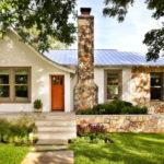 บ้านคอทเทจสีขาว ตกแต่งด้วยงานไม้และงานหิน ดีไซน์ภายในอบอุ่นน่าอยู่