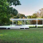 บ้านสวนสไตล์โมเดิร์น ยกพื้นเฉลียงเล็กน้อย เชื่อมต่อการพักผ่อนเข้ากับธรรมชาติ ผนังกระจกแสนโปร่ง