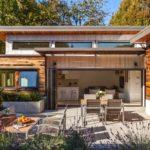 บ้านสไตล์โมเดิร์น ตกแต่งด้วยงานไม้ เชื่อมพื้นที่ระหว่างภายนอกกับภายในได้อย่างลงตัว