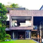 บ้านวิลล่าหลังใหญ่สองชั้น พร้อมสระว่ายน้ำ งดงามและร่มรื่น ในรูปแบบโมเดิร์นทรอปิคอล