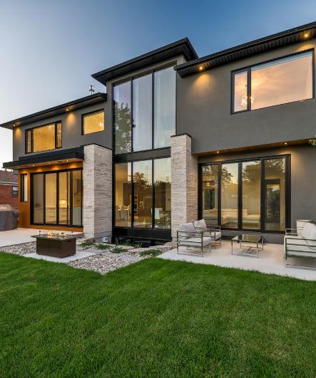 Modern Gray Exterior With Steel Beams: บ้านสองชั้นหลังใหญ่สไตล์ร่วมสมัย ตกแต่งสวยงาม แทรกความภูมิ