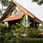 บ้านกระท่อมยกพื้น พร้อมชานบ้านสำหรับพักผ่อน ให้บรรยากาศแสนสงบและใกล้ชิดธรรมชาติอย่างแท้จริง