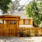 บ้านบังกะโลหลังคาทรงปั้นหยา ดีไซน์โปร่งโล่ง เชื่อมพื้นที่พักผ่อนในสวนเข้ากับการใช้ชีวิตในบ้าน