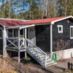 บ้านไม้ชั้นเดียวสีเข้ม สไตล์วินเทจ ให้ความรู้สึกเรียบง่ายและดูเข้ากับธรรมชาติ