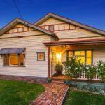บ้านชั้นเดียวสีขาวสุดสวย สไตล์คลาสสิค ดูอบอวลไปด้วยกลิ่นอายของธรรมชาติสุดโรแมนติก