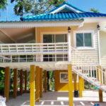 บ้านสไตล์ไทยร่วมสมัย โครงสร้างยกพื้นสูงมีใต้ถุน พร้อมระเบียงรับลม บรรยากาศแบบศาลาเรือนไทย