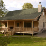 บ้านท้ายสวนยกพื้นแนวรัสติค สร้างจากไม้ซุง พร้อมระเบียงนั่งเล่นรับลมหน้าบ้าน