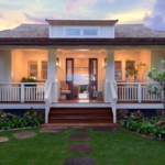 บ้านพักตากอากาศ ชั้นเดียวสีขาว น่าอยู่ พร้อมสนามหญ้าสีเขียว เพื่อการผ่อนคลายอย่างสมบูรณ์แบบ