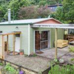 บ้านสวนโทนสีเขียวคู่ธรรมชาติ วัสดุจากไม้ พร้อมพื้นที่พักผ่อนกึ่งกลางแจ้งโล่งกว้าง