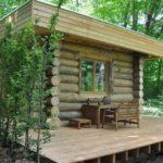 บ้านไม้ Log Cabin ดีไซน์แปลกตาไว้กลางป่า 1 ห้องโถง พร้อม 1 ห้องน้ำในตัว