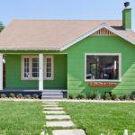 บ้านเดี่ยวชั้นเดียว สไตล์ร่วมสมัย ตกแต่งโทนสีเขียว ดีไซน์เรียบง่าย ท่ามกลางสวนสวย