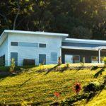 บ้านโมเดิร์นบนเนินเขา จัดสรรพื้นที่พักผ่อนคุ้มค่า ท่ามกลางบรรยากาศที่ร่มรื่น