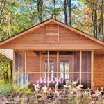 บ้านไม้แนวรีสอร์ท ออกแบบเพื่อการพักผ่อน พร้อมห้องกระจกชมวิวภายนอก