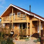 บ้านสองชั้นสไตล์คันทรี่ อัดแน่นด้วยงานไม้ทั้งภายในภายนอก พร้อมชั้นลอยและห้องใต้หลังคา