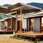 บ้านโมเดิร์นโครงสร้างเหล็กยกพื้นสูง ตกแต่งเสริมด้วยงานไม้ พร้อมเฉลียงนั่งเล่นสุดชิลล์