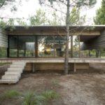 บ้านตากอากาศโครงสร้างปูนเปลือย สวยแบบดิบ กลางบรรยากาศป่าร่มรื่น