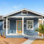 บ้านสีฟ้าน่ารัก มีโรงจอดรถ และห้องเก็บของ เพื่อการใช้งานภายในบ้านแบบครบทุกฟั่งก์ชั่น