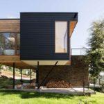 บ้านโมเดิร์นรูปทรงกล่อง ดีไซน์ให้มีมิติ ตกแต่งด้วยไม้และคอนกรีต สร้างเป็นบ้านตากอากาศ ท่ามกลางธรรมชาติ