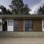 บ้านตากอากาศสไตล์โมเดิร์น ดีไซน์รูปทรงกล่อง หน้ากว้าง เล่นจังหวะแปลกตา พร้อมการตกแต่งด้วยปูนเปลือย