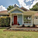 บ้านร่วมสมัยโทนสีฟ้า ดีไซน์เรียบง่าย ตั้งท่ามกลางสนามหญ้าแบบเล่นระดับ