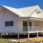 บ้านสีขาวยกพื้นต่ำพร้อมระเบียง 2 ห้องนอน 2 ห้องน้ำ ไอเดียสำหรับบ้านสวนแสนอบอุ่น