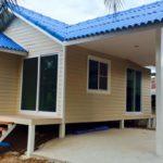 แบบบ้านหลังน้อยยกพื้นต่ำหลังคาสีฟ้า 2 ห้องนอน 1 ห้องน้ำ พร้อมพื้นที่จอดรถใต้ชายคา