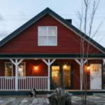 บ้านไม้สีแดงหลังคาทรงหน้าจั่ว พร้อมชานบ้านด้านหน้า ตกแต่งภายในดิบๆ แบบลอฟท์