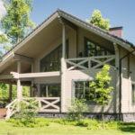 แบบบ้านไม้ชั้นครึ่งสีขาว เรียบง่ายดูคลาสสิค มีห้องใต้หลังคา พร้อมพื้นที่สวน เพื่อการพักผ่อน ที่สุดแสนภิรมย์
