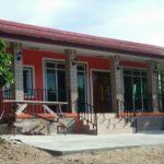 บ้านชั้นเดียว สไตล์โมเดิร์น สีแดงสดใส แต่งเสา และตัวบ้านด้วยกระเบื้องดูโดดเด่น ชวนมอง
