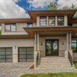 บ้านสองชั้นสไตล์โมเดิร์น ตกแต่งผนังอิฐสีขาว ดูสบายตา พร้อมพื้นที่สีเขียว เพิ่มความโดดเด่นให้บ้านได้ลงตัว