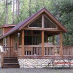 บ้านสไตล์รัสติค สร้างความโปร่งโล่งด้วยผนังกระจก มาพร้อมเฉลียงกว้าง บรรยากาศแบบบ้านสวน