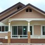 สร้างบ้านเดี่ยวชั้นเดียว หลังคาหน้าจั่วซ้อนชั้น สวยงามแบบเรียบง่าย ดีไซน์ยอดนิยมของคนไทย